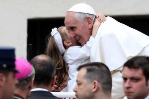 pope with little girl